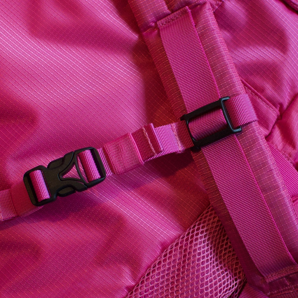 Detail photo of BackTpack 3.1 Magenta sternal strap fastened with black buckles