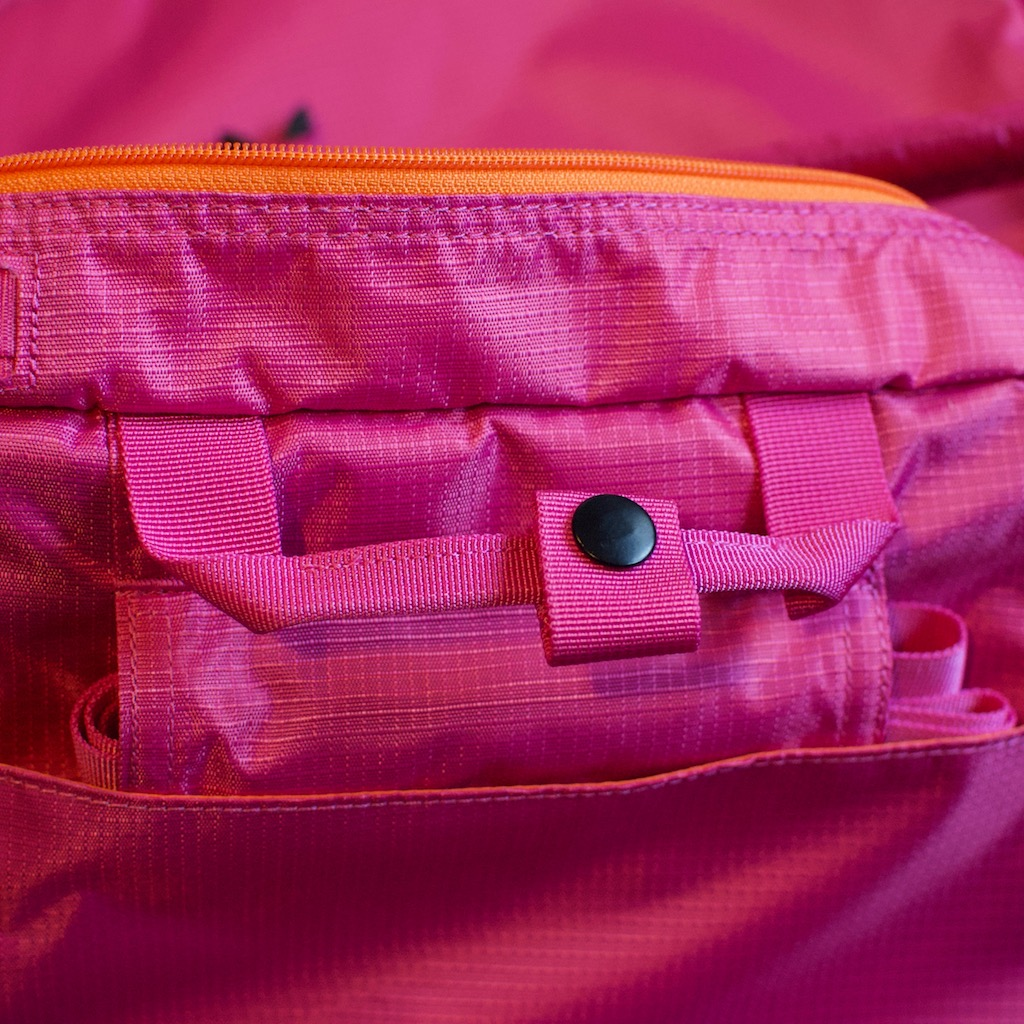BackTpack 3.1 hip-loading belt storage near briefcase handle,detail photo magenta